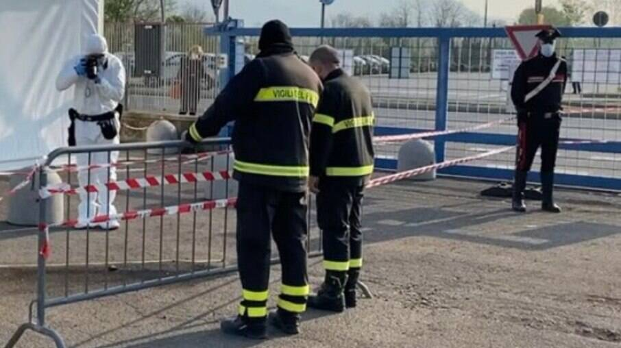 Equipes do Corpo de Bombeiros estiveram no local para extinguir as chamas