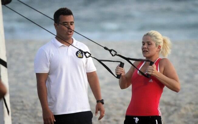 De olho nas filhas, Samara Felippo malha na praia
