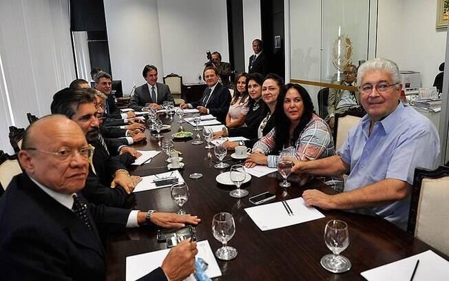 Bancada do PMDB reunida nesta sexta-feira: o indicado, Calheiros, aparece ao fundo à direita