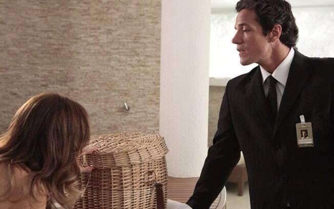 Tereza Cristina confere a cobra que Ferdinand trouxe dentro de um cesto