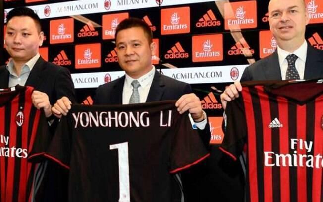 O chinês Yonghong Li, no centro, é o novo dono do Milan