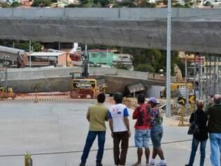 Dezenas de pessoas visitaram os escombros neste domingo (6)