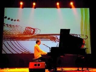 Show. No palco, Arnaldo Baptista revive clássicos da carreira solo, acompanhado do piano e projeções de suas próprias pinturas