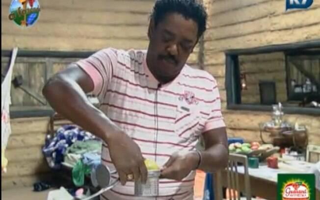 Compadre Washington usa espremedor de batatas para fazer suco de laranja