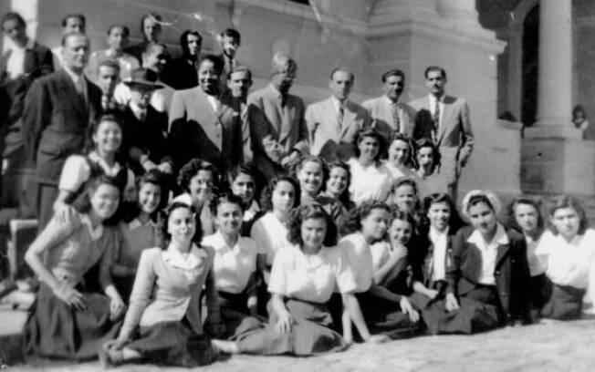 Antonieta de Barros com grupo de alunas; para ela, educação veio antes da política
