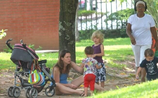 Vanessa Loés com os filhos e a babá