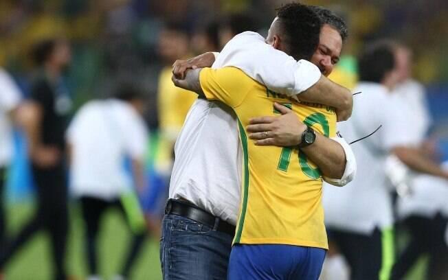 Neymar abraça Micale após a conquista