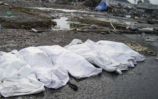 Corpos estendidos após tsunami da Indonésia (arquivo). Foto: Wikimedia Commons