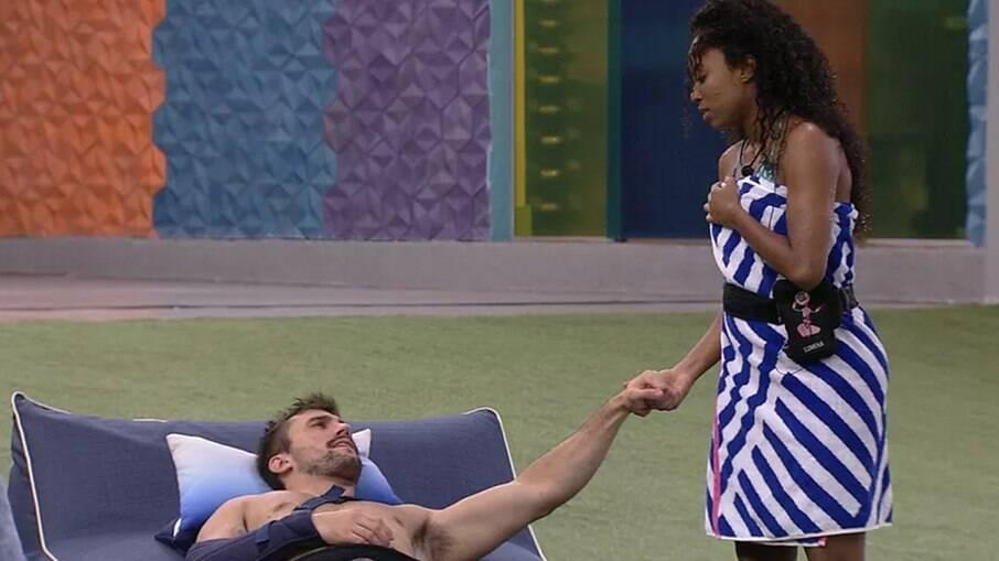 Arthur consola Lumena após eliminação de Karol Conká