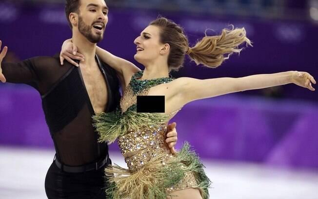 A atleta francesa Gabriella Papadakis foi traída pelo figurino durante sua apresentação com o parceiro Guillaume Cizeron