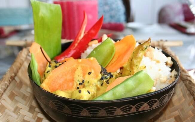Foto da receita Salada de macarrão de arroz pronta.