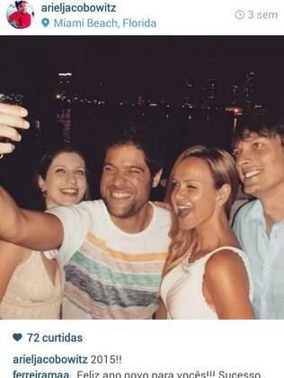 Eliana com Adriano Ricco (de azul) no réveillon em clima de festa ao lado do diretor do SBT Ariel e a mulher