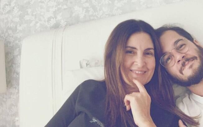 Fátima Bernardes ao lado de Túlio Gadelha, seu namorado, se recuperando da cirurgia