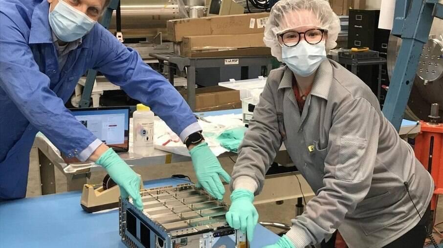 Engenheiros da Nasa com o CUTE, satélite com formato de uma caixa de cereal