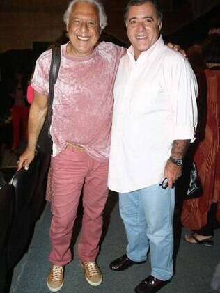 Antonio Fagundes com camiseta tie-dye rosa e calça do mesmo tom ao lado de Tony Ramos
