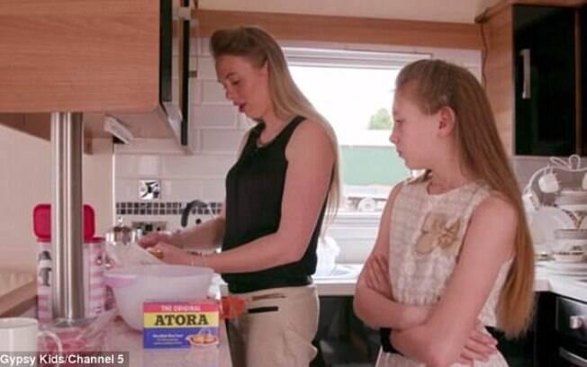 Romany Gypsy Shannon, de apenas 10 anos, largou a escola para aprender com a mãe a ser dona de casa