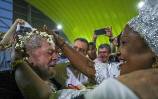 Lula durante visita a Salvador em agosto deste ano; petista lidera pesquisas de intenções de votos
