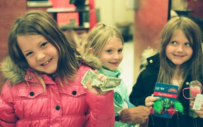 Pais têm diferentes técnicas para ensinar valor do dinheiro para os filhos, como ajudar nas tarefas de casa ou com mesadas