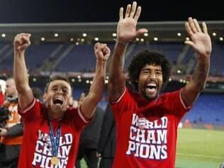 Rafinha e Dante estão na mira de Felipão para lista final de convocados do Mundial