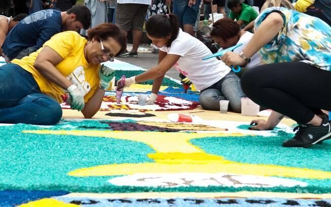 Celebração do Sacramento do Corpo e do Sangue de Jesus Cristo é marcada por procissões e a confecção de tapetes em várias cidades do Brasil, como este no Rio. Foto: Reynaldo Vasconcelos/Futura Press
