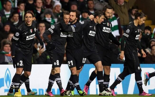 Jogadores da Juventus comemoram o gol no  início de partida