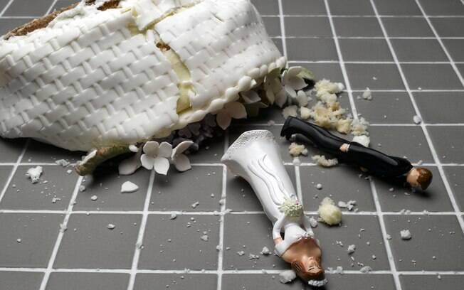 Furiosa, a ex-namorada do noivo invadiu a festa de casamento e causou a maior confusão, destruindo até o bolo