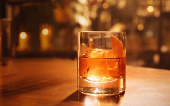 O drink Old Fashioned combina com a personalidade forte de pessoas do signo de Escorpião; veja o drink dos outros 11 signos