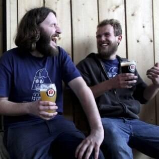 Fregueses curtem o clima descontraído do bar da cervejaria Camden Town