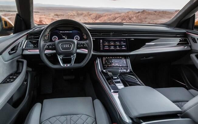 Repare como o painel do Audi Q8 retrata uma sobriedade por meio de materiais de altíssima qualidade