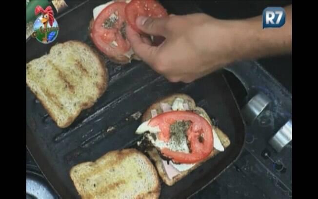 Thiago, que também afirmou não saber cozinhar nada, aprendeu a fazer seu lanche e deu dicas à Raquel