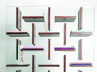 Estante Cross, em louro preto e vidro, é uma das mais novas criações da dupla