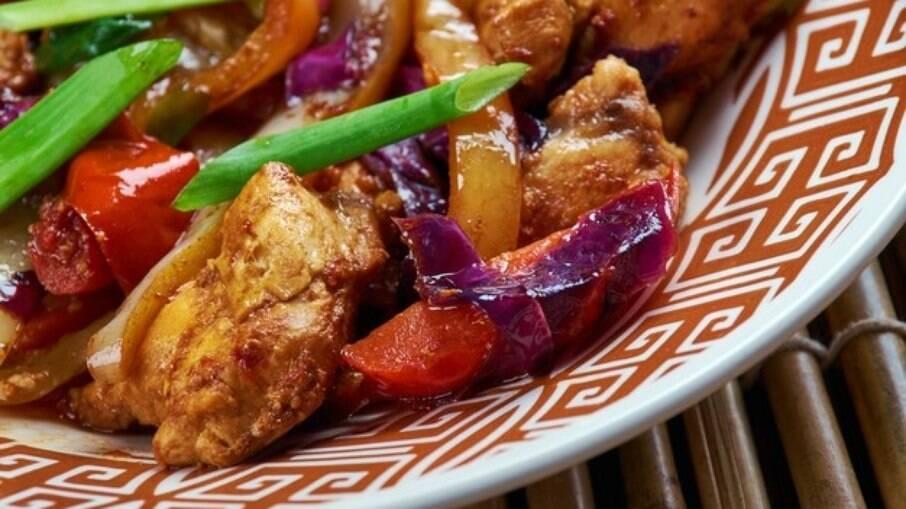 O chop suey leva carne de porco, frango e frutos-do-mar