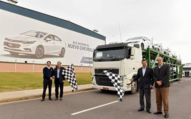Nova geração do Chevrolet Cruze começa a ser enviada da Argentina ao Brasil