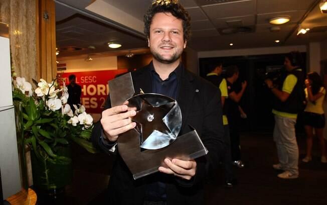 Selton Mello exibe troféu de Melhor Diretor por