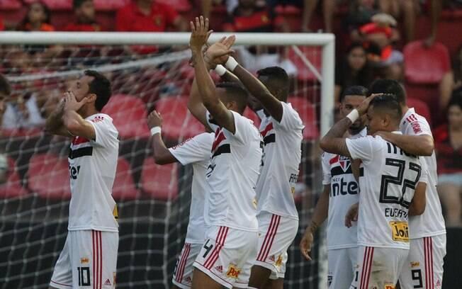 Jogadores do São Paulo comemoram vitória sobre o Sport, que levou o time aos 38 pontos, com os torcedores na Ilha do Retiro