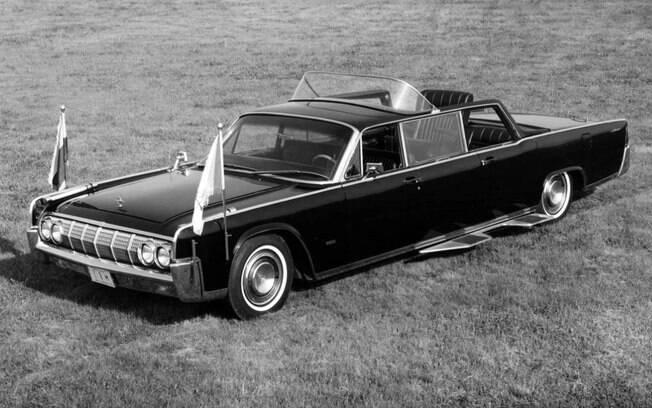 Para desfilar com estilo nos EUA, o Papa Paulo VI usou um Lincoln Continental especial, que conseguia erguer seu assento.