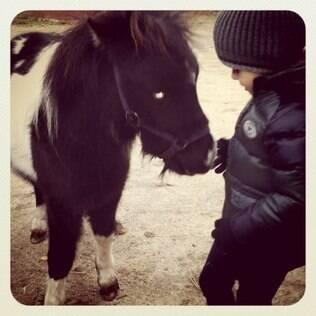 Carol Celico postou foto do filho Luca com seu novo presente, um mini cavalo