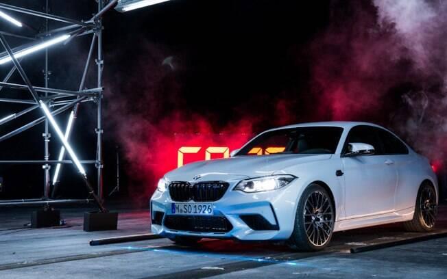 BMW M2 Competition mostrou equilíbrio ao estourar balões com um disparador laser