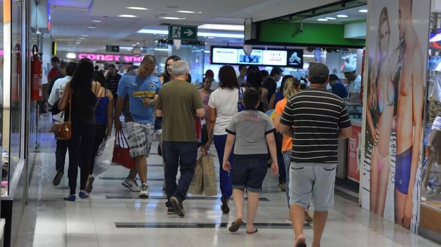Com a mudança, shoppings e lojas de rua, que só eram autorizadas a abrir a partir da fase laranja, vão poder operar já neste domingo