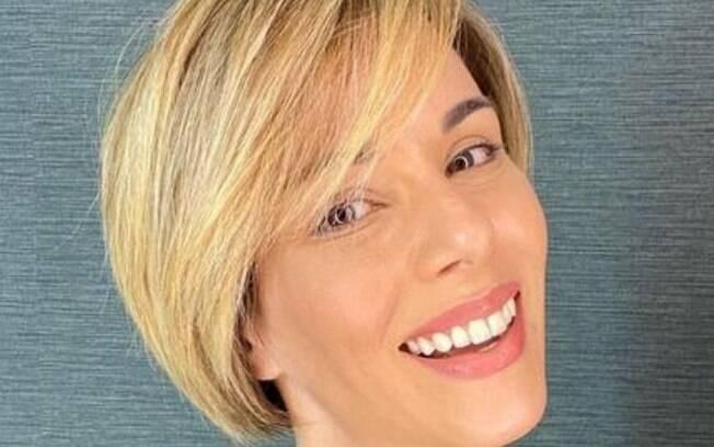 A apresentadora Ana Furtado muda o visual em casa e mostra o resultado