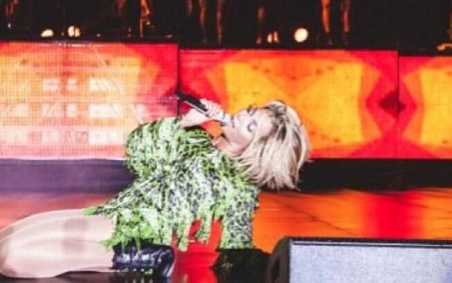 Beyoncé 'bate cabelo' sem se preocupar em prender as madeixas no ventilador novamente