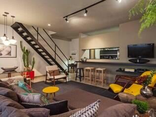 No projeto de Marina Dubal, a mistura de referências e estilos no décor dão vida ao loft