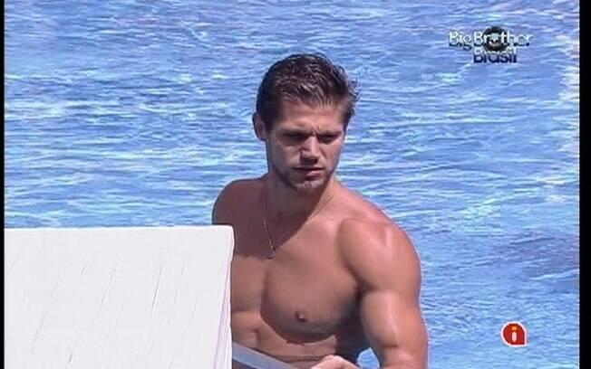Jonas aproveita a tarde para limpar a água da piscina
