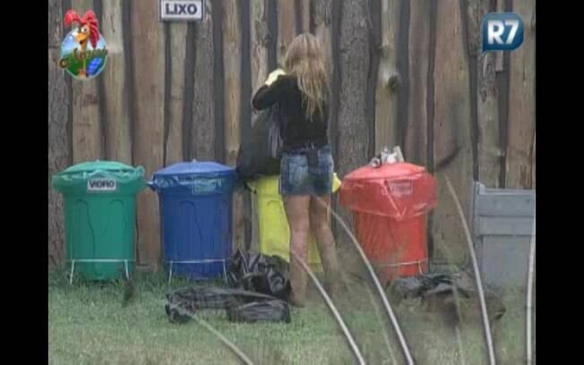 Raquel tira o lixo