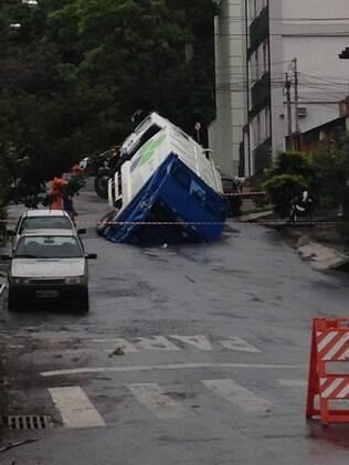 Asfalto cede e caminhão fica preso em rua de bairro de BH