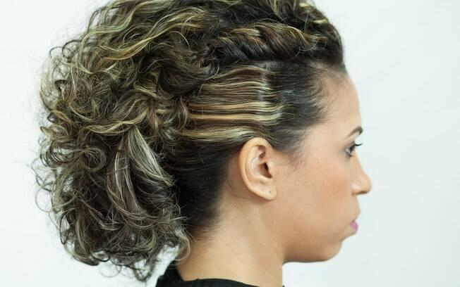 O penteado pode ser finalizado aqui também, como uma opção para os fios soltos