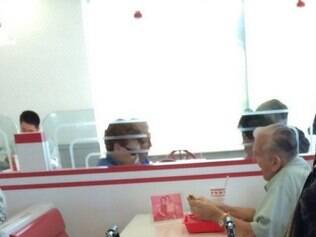 Uma mulher que estava no restaurante registrou o momento em que o idoso lanchava acompanhado da foto da sua esposa, falecida há cinco anos