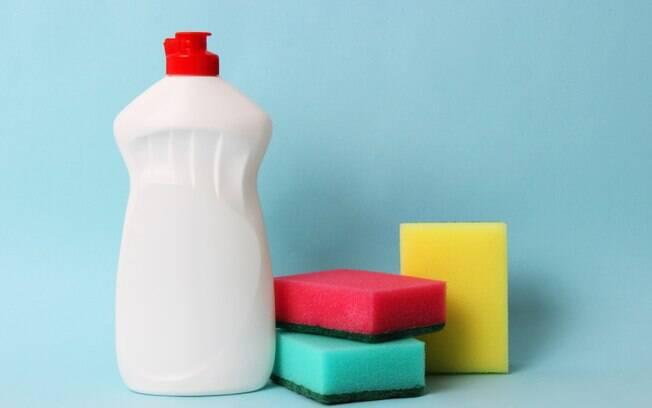 A última sugestão requer mais cuidado e o uso de luvar para limpar a esponja, além de contar com o uso de água sanitária