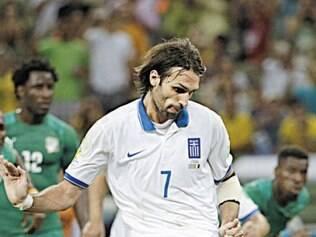 """Esperança. Samaras, craque do time grego, garantiu a classificação da sua equipe nos acréscimos, diante da Costa do Marfim. Técnico ainda tem dúvidas em relação à escalação, mas Samaras acredita em """"duelo grandioso"""""""