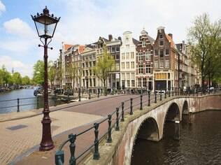 Pontes são comuns no cenário da capital holandesa